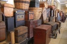 Zahlreiche gestapelte Koffer, Körbe und Truhen