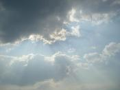 Sonnenstrahlen brechen durch Wolkendecke